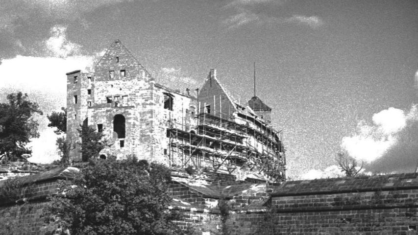 Die Kaiserburg litt während des 2. Weltkrieges. Nur noch wenige Außenmauern standen nach 1945, dieses Foto stammt aus dem Jahr 1948.