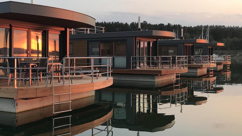 """Von wegen still und starr ruht der See: Das """"Floating Village"""" auf dem Großen Brombachsee bei Ramsberg ist zum Jahreswechsel komplett ausgebucht. Die schwimmenden Häuser sind bei Touristen beliebt und werden gerade zu besonderen Anlässen gerne gebucht. Die Bekanntheit ist deutschlandweit auch durch gute Präsenz in den Medien gestiegen."""