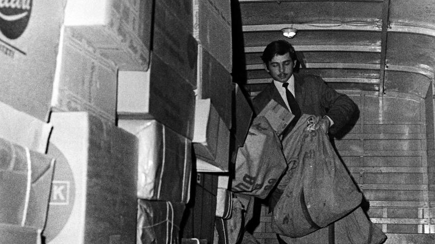 Die Zahl der Paketsendungen erreichte in diesem Jahr neue Rekordmarken. Dabei herrschte auch in früheren Zeiten in der Vorweihnachtszeit bei der Post Hochbetrieb, wie unsere 50 Jahre alten Bilder beweisen, als Päckchen und Briefe noch im alten Postamt in der Bahnhofstraße sortiert worden sind.