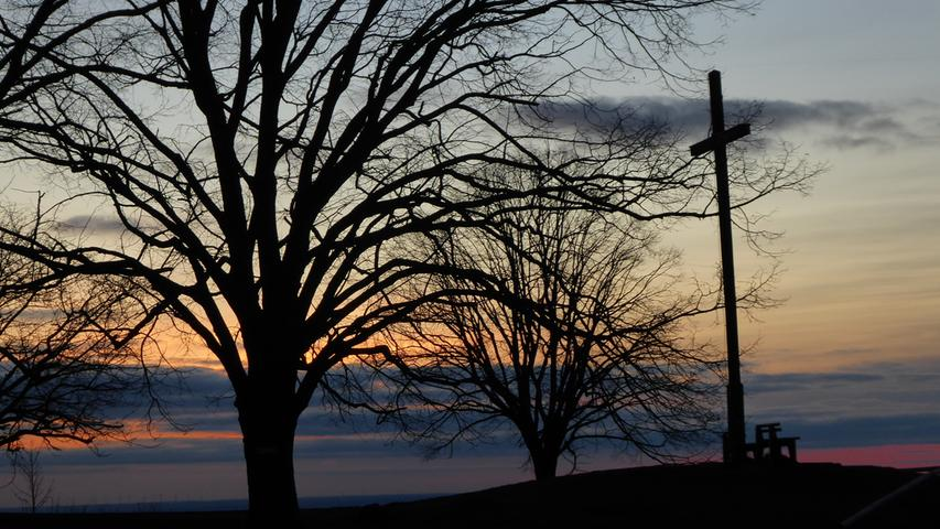 Sonnenuntergang am Walberla (Landkreis Forchheim, Fränkische Schweiz) - Das Walberlakreuz auf der sog. Kleinen Ruh'..Foto: Norbert Haselbauer