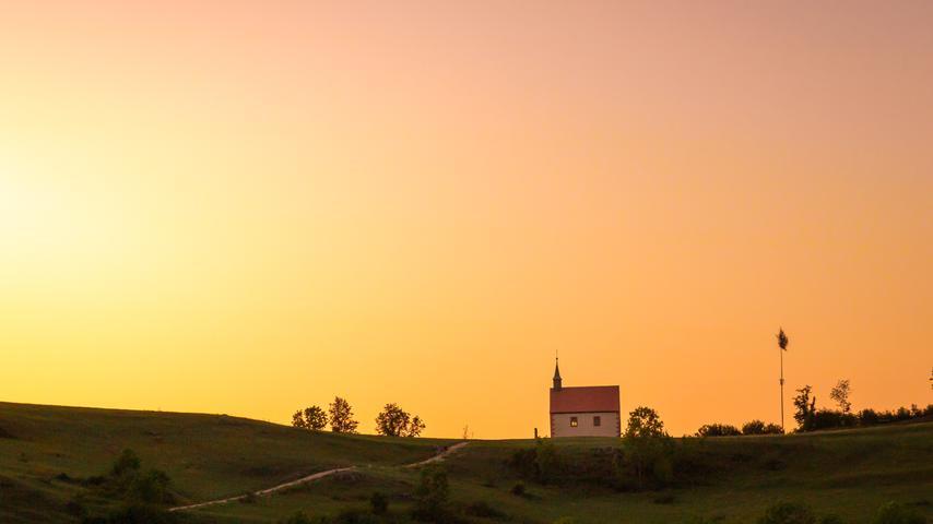 Motiv: Leserfoto von Ute Weidinger. Fränkische Schweiz, Walberla,  Walburgis-Kapelle, Sommer, Sonnenuntergang, Natur. Übermittelt von Ute  Weidinger, Instagram https://www.instagram.com/ute_weidinger/, Ute Weidinger -  Erzählerin erzaehl@uterisch.de, 02.09.19  Foto: Ute Weidinger
