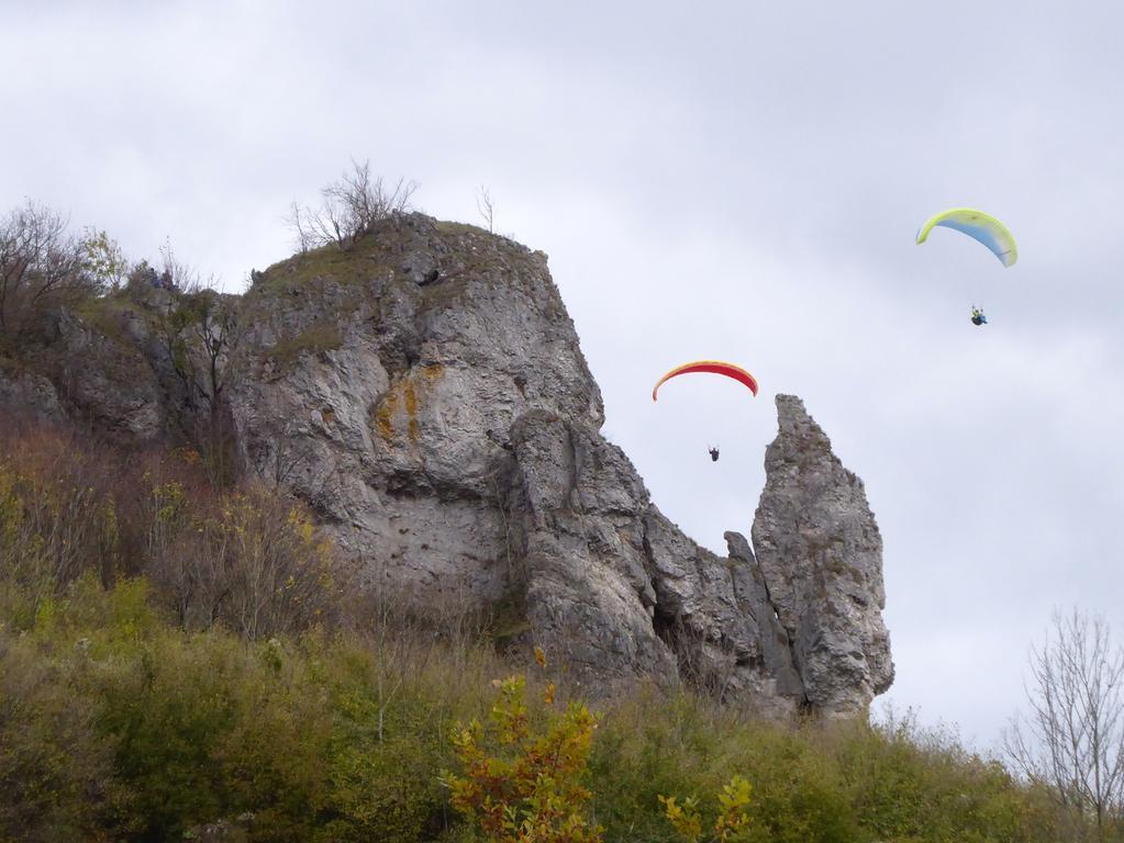 Walberla Kleine Ruh' und Steinerne Frau Norbert Haselbauer  Hallo, anbei 2 Fotos von meiner Wanderung aufs Walberla für eine eventuelle Verwendung. 1. Auf der sog. Kleinen Ruh' steht das Walberla-Kreuz und genau darüber fliegt  ein Paraglider. 2. Zwei Paraglider umwerben die Steinerne Frau (so heißt tatsächlich der  Felsen zwischen den beiden Paraglidern). Norbert Haselbauer Kirchehrenbach  Tel. 09191-96225