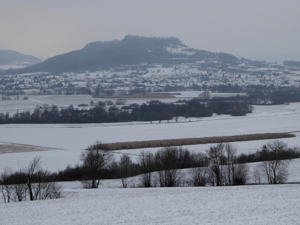 Winterlandschaft mit Blick auf das Walberla (Fränkische Schweiz; Landkreis Forchheim); Schnee; Wetter..Foto: Norbert Haselbauer