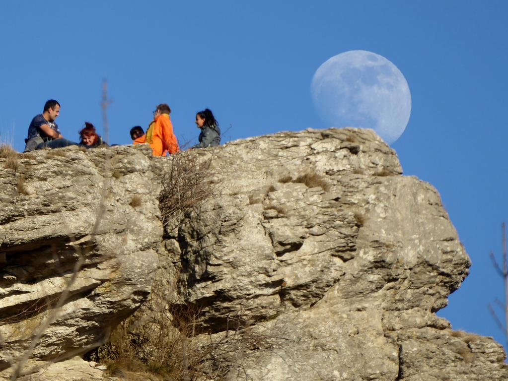 Mond am Walberla;   2. Nach wenigen Minuten zieht der Mond weiter. Aber hoffentlich fällt er den  Felsen nicht runter :-)  Fotos: Norbert Haselbauer;  Datum: 19.02.2019