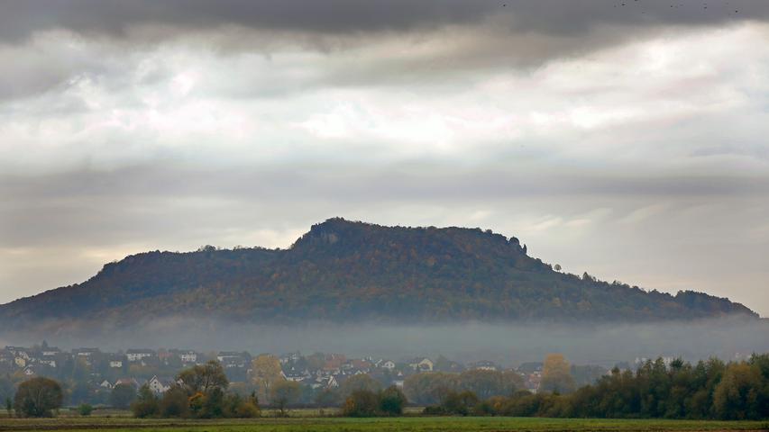 Ressort: Forchheim..Motiv: Nebelstimmung über Kirchehrenbach (Landkreis Forchheim ) und dem Walberla / Herbst / Nebel..Foto: RALF RÖDEL / Veröffentlichung nur nach vorheriger Vereinbarung!