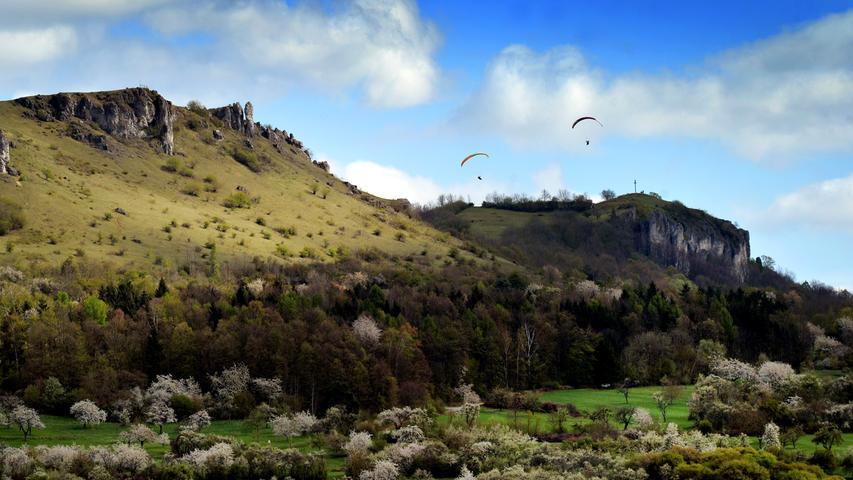 DATUM: 11.04.2017.RESSORT: Lokales .FOTO: Horst Linke .MOTIV: Das Walberla mit Wolken und Drachenfliegern