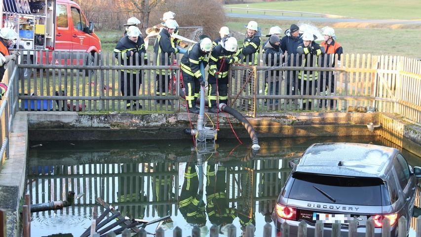 Der Land Rover hatte sich in Bewegung gesetzt, als sein Fahrer ihn in Buttendorf gegenüber des Weihers kurz abgestellt hatte.