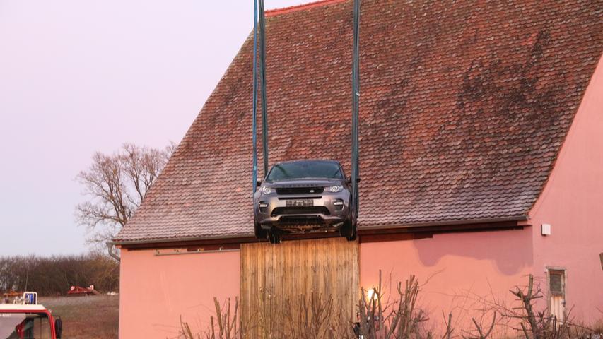 Am Sonntag (29.12.2019) landete ein Fahrzeug bei Buttendorf in Roßtal (Lkr. Fürth) aus bislang unbekannten Gründen in einem Karpfenweiher. Nach ersten Informationen wurde der Wagen neben einer gegenüberliegenden Halle abgestellt, als er plötzlich von alleine los rollte. Der Wagen durchbrach zuerst einen Holzzaun, bevor er zum Teil im Wasser versank. Glücklicherweise saß niemand mehr im Fahrzeug.Bisher geht die Polizei von einem technischen Defekt am Fahrzeug aus.Damit das Auto geborgen werden konnte, mussten die Einsatzkräfte der Feuerwehren den Weiher komplett leer pumpen. Anschließend wurde das Fahrzeug mit einem Autokran aus dem Wasser geholt. Die Polizei geht von einen Totalschaden aus. Foto: NEWS5 / Klein Weitere Informationen... https://www.news5.de/news/news/read/16929