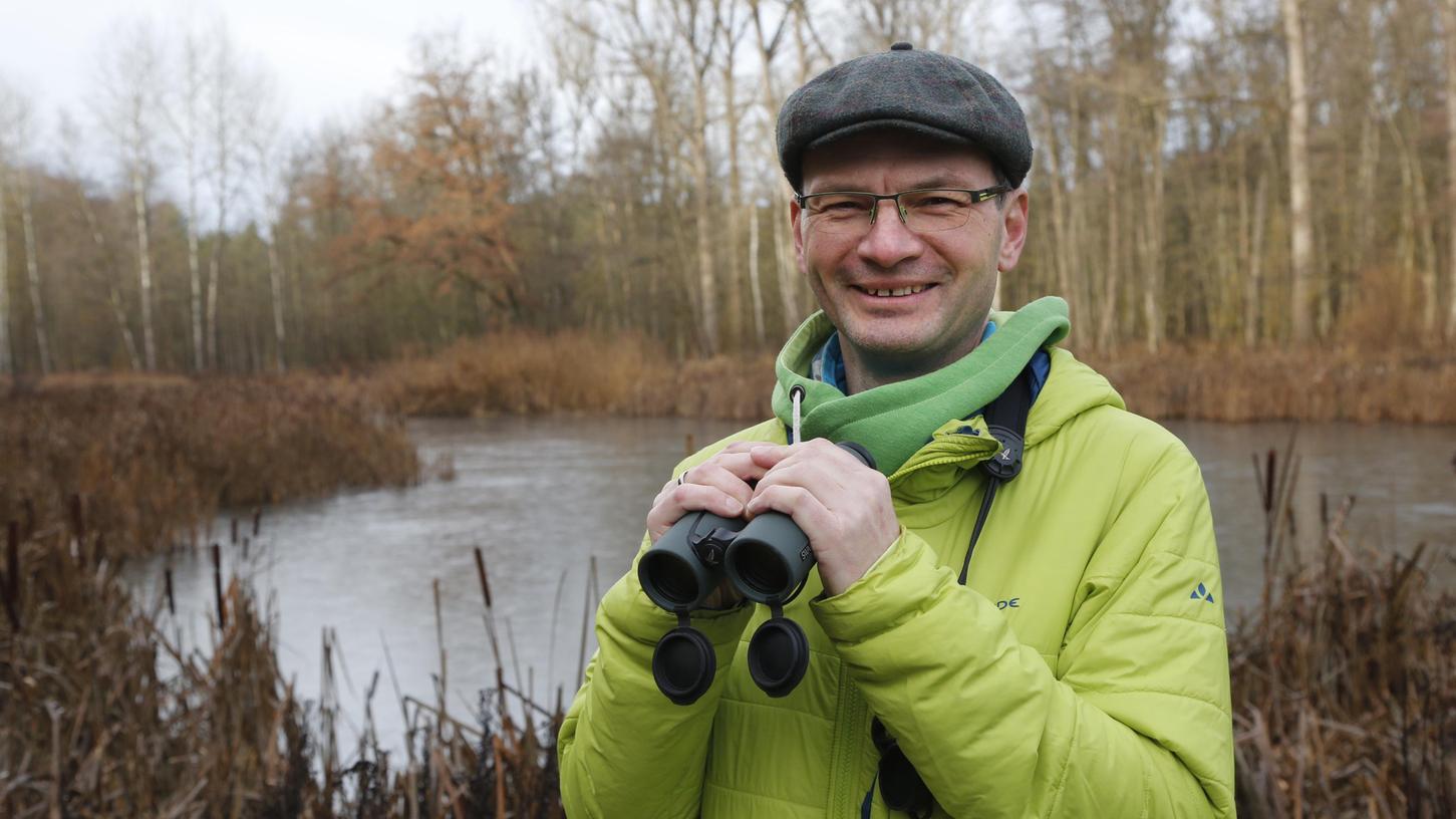 So sieht man Bernd Michl häufig: mit Feldstecher und in der Natur. Michl arbeitet für den Landesbund für Vogelschutz in Feucht.