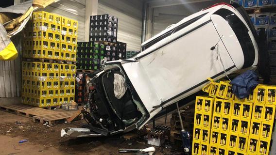 Gewaltverbrecher krachen mit gestohlenem Auto in Getränkehalle bei Ottensoos