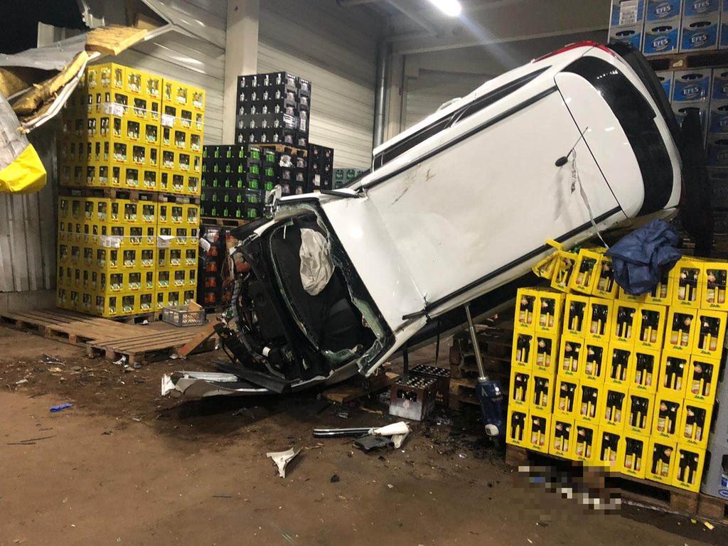 Diebe krachen mit gestohlenem Auto in Getränkehalle bei Ottensoos