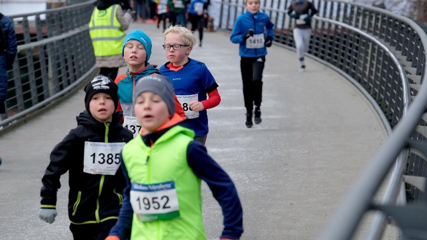 Fotograf: Roland Fengler..Datum: 31.12.2019..Ressort: Lokales.. ..Motiv: Silvesterlauf 2019 hinterm Wastl Wöhrder See......Start 1600 m Schülerlauf .... ....