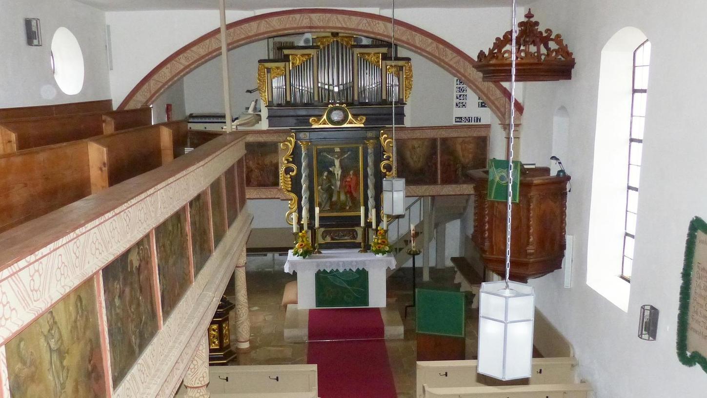 Zwischen Kabarett und Straftat: In der Auernheimer Georgskirche spielten sich am Silvesterabend hanebüchene Szenen ab.