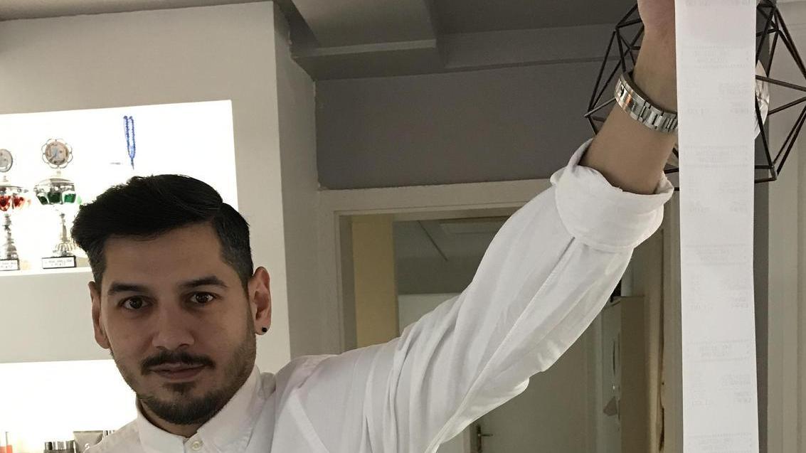 Am ersten Vormittag hat kein einziger Kunde seinen Kassenzettel mitgenommen. So kann Friseur Ceyhan Öztürk eine rund 2 Meter lange Papierschlange vorweisen.