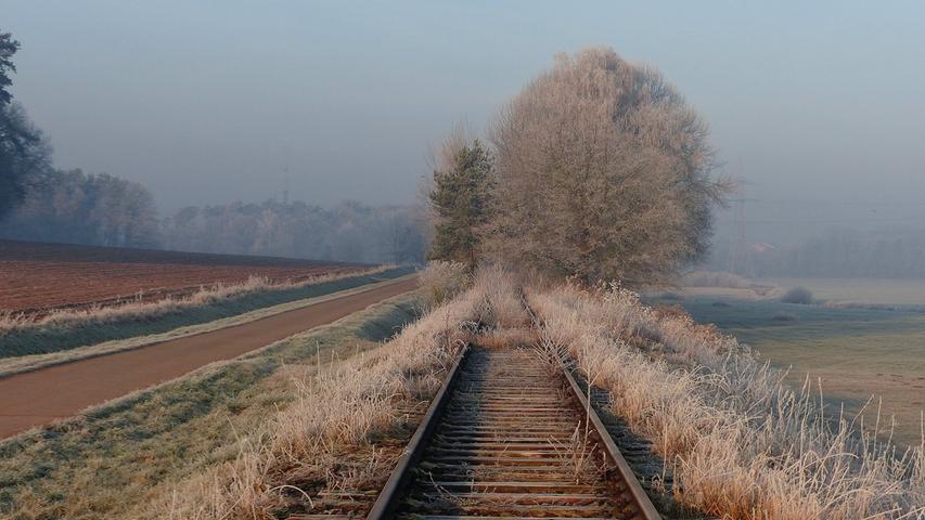 Nach einer kalten Nacht waren die Natur und die stillgelegten Gleise bei Kriegenbrunn mit Raureif überzogen.