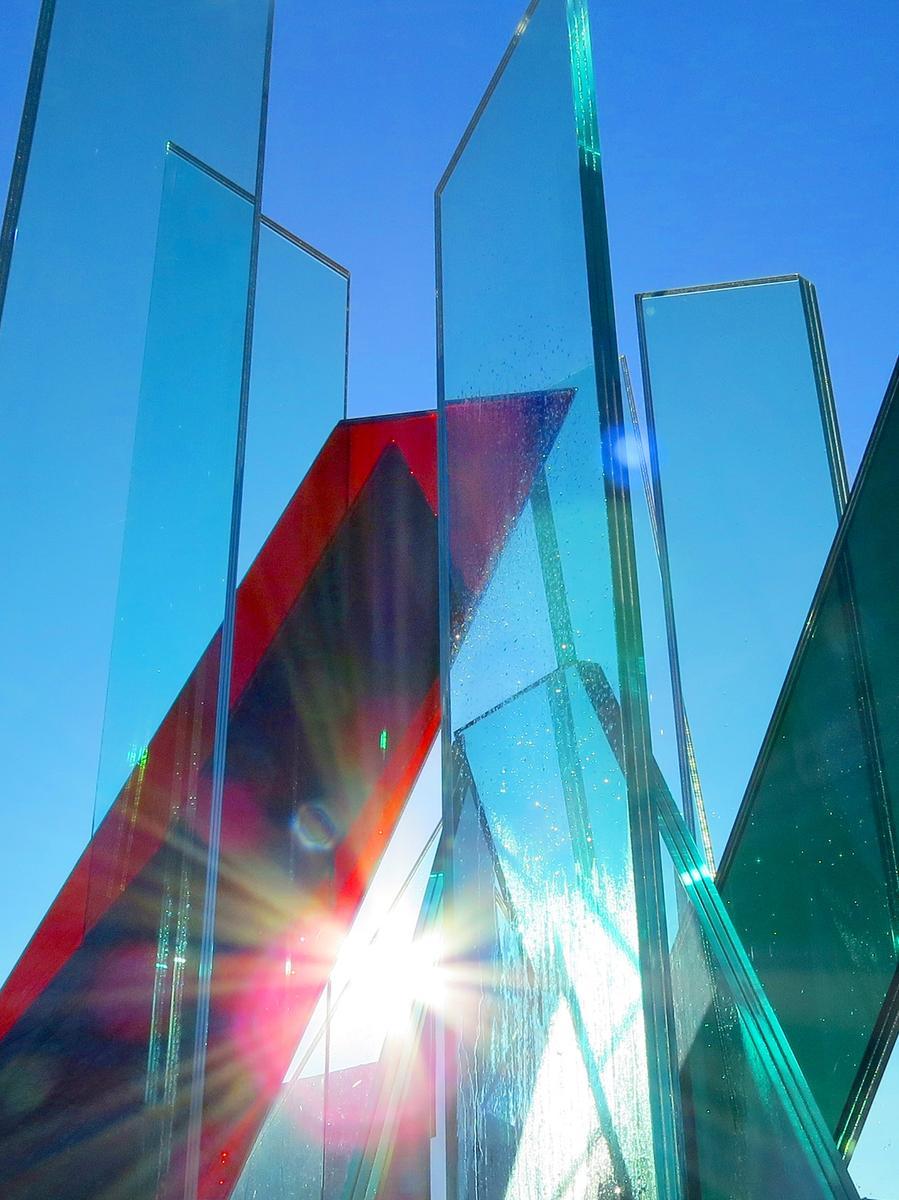 Vor dem Bauindustriezentrum Nürnberg des Bayerischen Bauindustrieverband steht eine interessante Skulptur aus Glasplatten. Der sonnige Neujahrstag bringt die Transparenz gut zum Ausdruck.