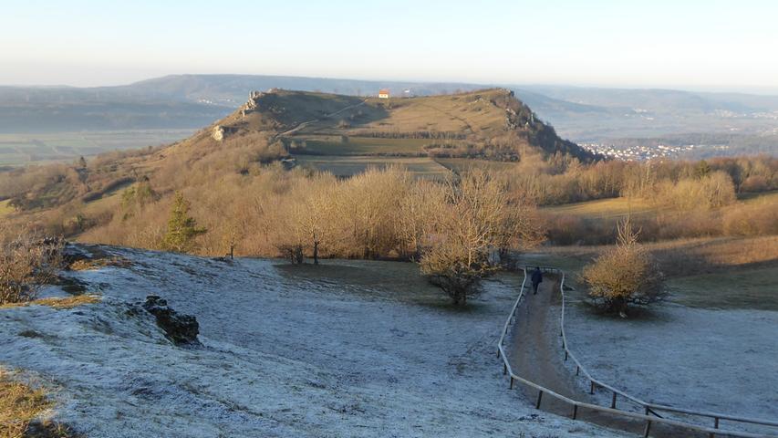 Zwei Welten: Der Rodenstein liegt im Raureif im Schatten, das Walberla genießt die Wintersonne.