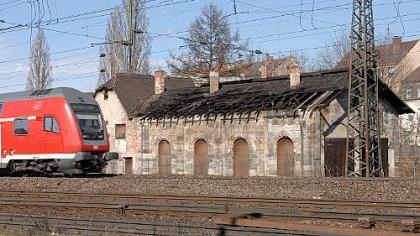 Ein Bild des Jammers gibt das bedeutende Baudenkmal an der Stadtgrenze inzwischen ab. Das marode Dach ist teilweise eingefallen und die Feuchtigkeit kann ungehindert ins Mauerwerk dringen.