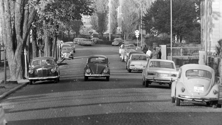 Vor 50 Jahren säumte noch eine mächtige Kastanien-Allee die Pegnitzer Bahnhofstraße. Die Bäume waren zwar schön anzusehen, doch war damit auch eine gewisse Parkplatznot vor dem dortigen Postamt verbunden, ein Thema, das damals sogar den Stadtrat beschäftigte. Inzwischen sind die Bäume längst verschwunden. Auf dem dadurch frei gewordenen Randstreifen wurden Parkbuchten angelegt.