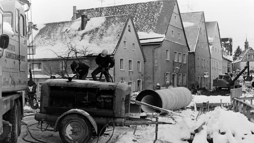 Die Erneuerung der Brücke über die Pegnitz an der alten Volksschule sorgte vor 50 Jahren für erhebliche Verkehrsbehinderungen im Verlauf der Pegnitzer Hauptstraße. Da damals auch mächtige neue Kanalrohre eingebaut werden mussten, war schweres Gerät nötig.