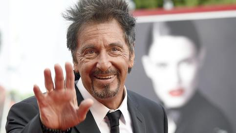 epa04375801 US actor Al Pacino waves as he arrives on the red carpet for the premiere of 'Manglehorn' during the 71st annual Venice International Film Festival, in Venice, Italy, 30 August 2014. The movie is presented in the official competition Venezia 71 at the festival that runs from 27 August to 06 September. EPA/CLAUDIO ONORATI +++(c) dpa - Bildfunk+++