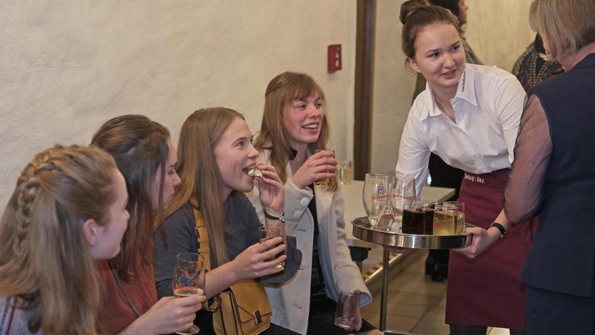 Bei Partygebäck und Getränken gab es, wie hier bei diesen jungen Damen, so manchen angeregten Plausch.