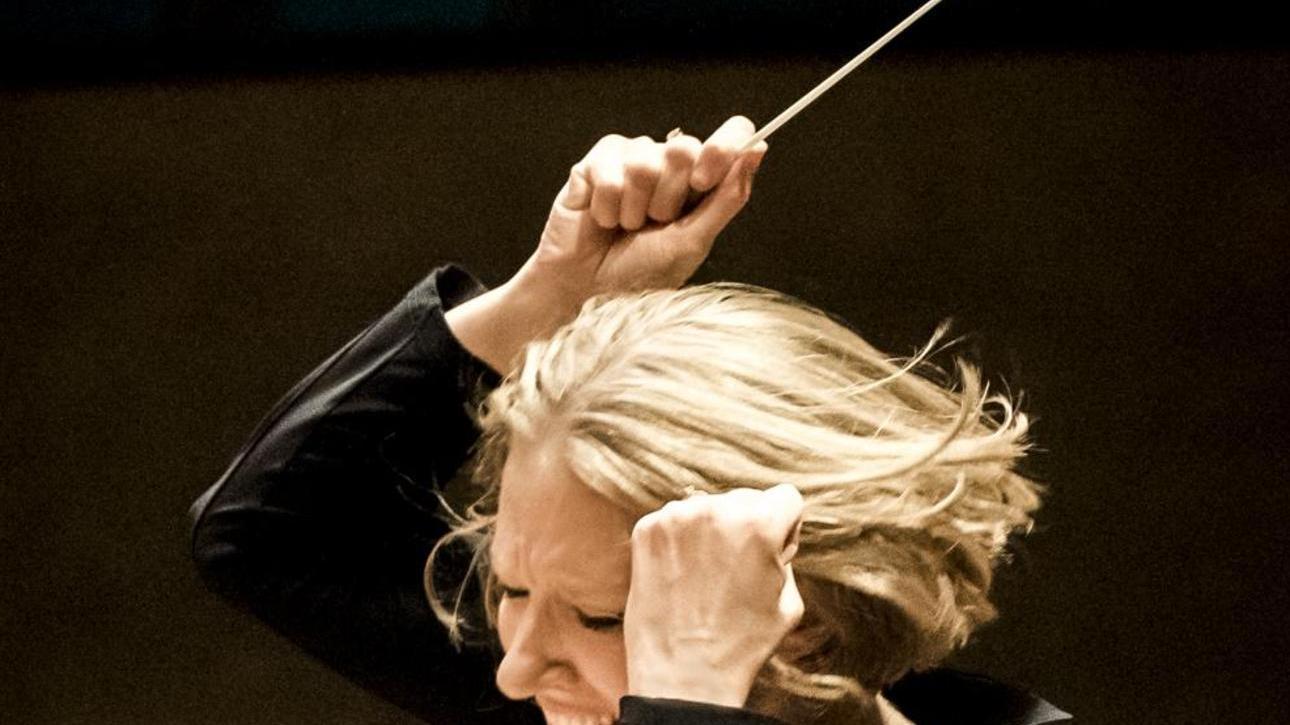 Als Moderatorin wie als Dirigentin mit Eifer bei der Sache: Joana Mallwitz.