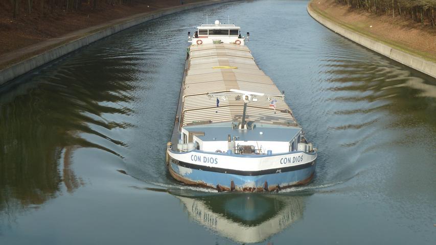 Müheloses Gleiten: Ein belgisches Frachtschiff pflügt durch das Wassser des Europakanals bei Fürth-Unterfürberg.