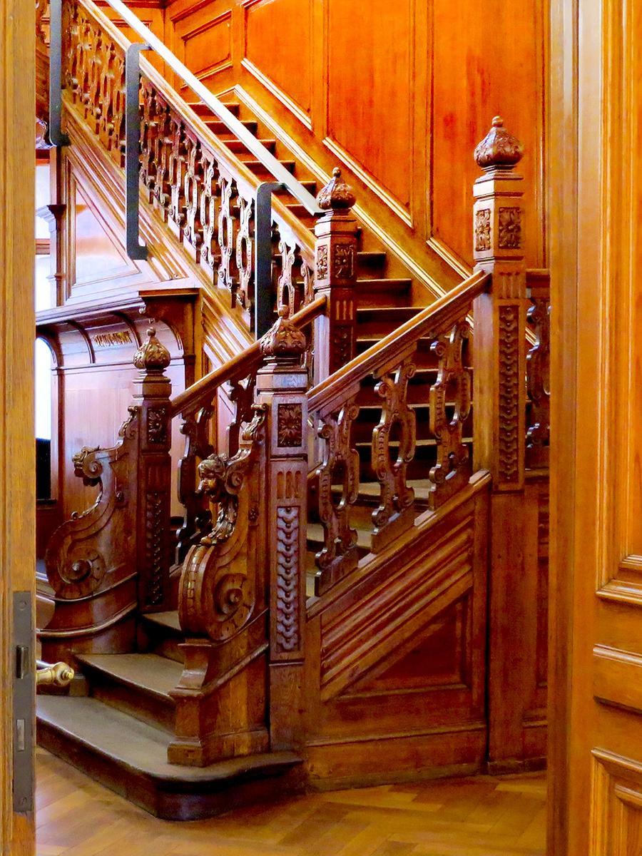 Die Nürnberger Kunstvilla ist nicht nur voll von Kunst, sondern wartet auch mit einem kunstvoll gestalteten Treppenaufgang auf.