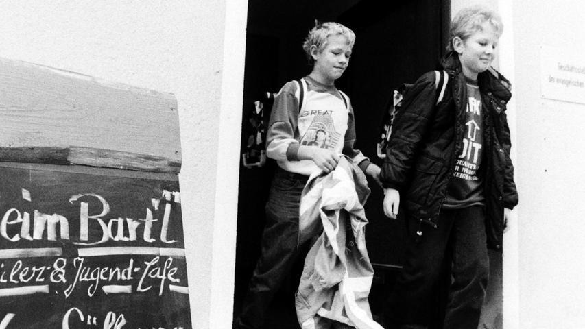 Vor 25 Jahren eröffnete die evangelische Kirchengemeinde im ehemaligen Pegnitzer Gefängnis das Schüler-Cafe Bartl. Die Einrichtung unter der damaligen Leitung von Felix Florian-Städler erfreute sich vom ersten Tag weg großer Beliebtheit. Gelobt wurde nicht nur das preiswerte Speisenangebot, sondern auch die Möglichkeit, Billard zu spielen oder gemeinsam die Hausaufgaben zu machen. Zu den ersten Gästen zählten Jan-Henning Tellbach, Karsten Pohl, Philipp Hüsam, Wolfgang Hilbrich, Matthias und Esther Brinkmann, Jürgen Grigat oder Bernd Rasser. Der heutige Chef-Plauderer von Radio Mainwelle war als Elfjähriger schon nicht auf den Mund gefallen: