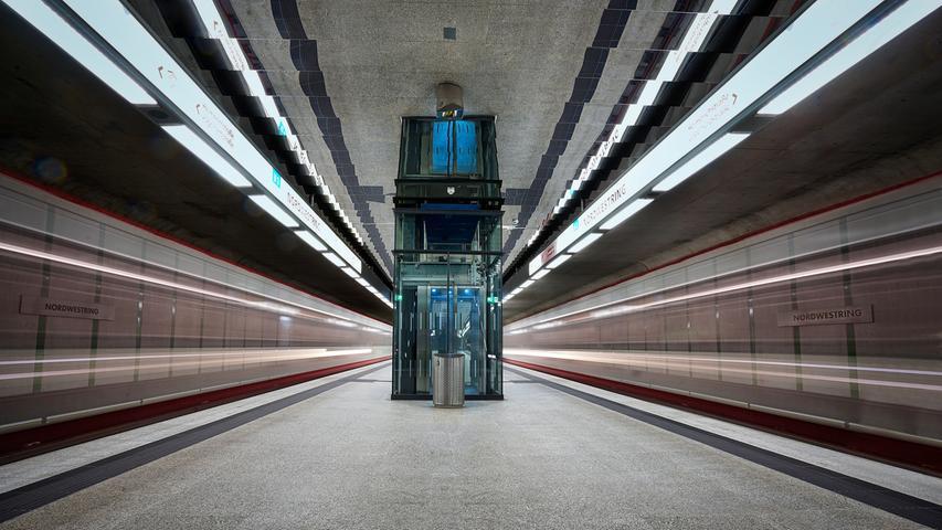 Langzeitbelichtung am Nordwestring, dem derzeitigen Endbahnhof der U3.