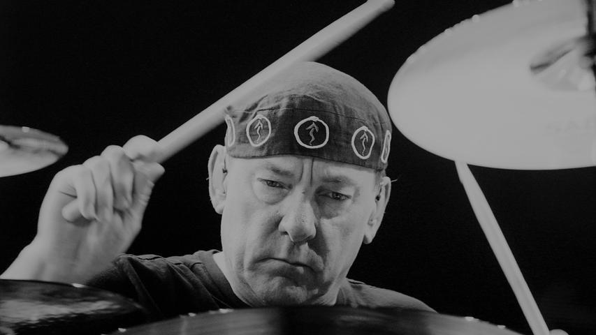 Er galt als einer der besten Schlagzeuger der Welt, sein komplexes Spiel im 1968 gegründeten Rocktrio Rush beeinflusste zahllose Musiker weit über das Genre hinaus. Neil Peart ist am 7. Januar im Alter von 67 Jahren gestorben - er litt an Krebs.