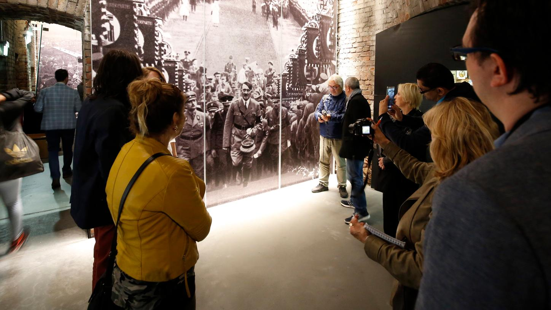 Eine Besuchergruppe im Dokumentationszentrum betrachtet ein Hitler-Porträt von 1934 auf dem Bückeberg. Alle Dokumente und Raumzuschnitte werden für die neue Dauerausstellung überarbeitet.
