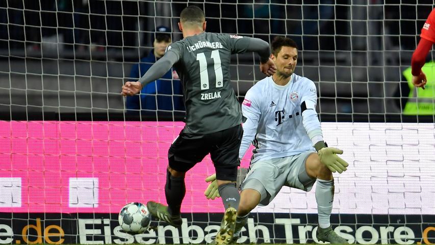 11.01.2020 --- Fussball --- Saison 2019 2020 --- Testspiel / Freundschaftsspiel: 1. FC Nürnberg FCN ( Club ) - FC Bayern München FCB --- Foto: Sport-/Pressefoto Wolfgang Zink / WoZi --- ..Adam Zrelak (11, 1. FC Nürnberg / FCN ) erzielt Treffer Tor Torschuß zum 3:1 gegen Sven Ulreich (26, FC Bayern München FCB ) -