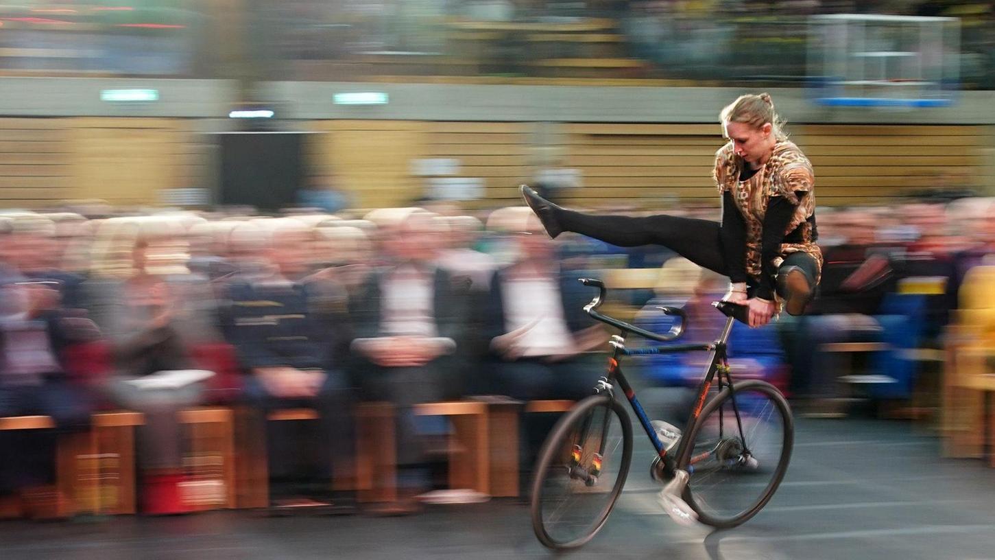 """Zu wenig Platz und auch der falsche Boden. Trotzdem zeigte Milena Slupina, die sich später zum fünften Mal insgesamt und zum dritten Mal in Folge die """"gläserne Eins"""" abholte, auf ihrem Rad einige Höchstschwierigkeiten. Der Lohn: Standing Ovations."""