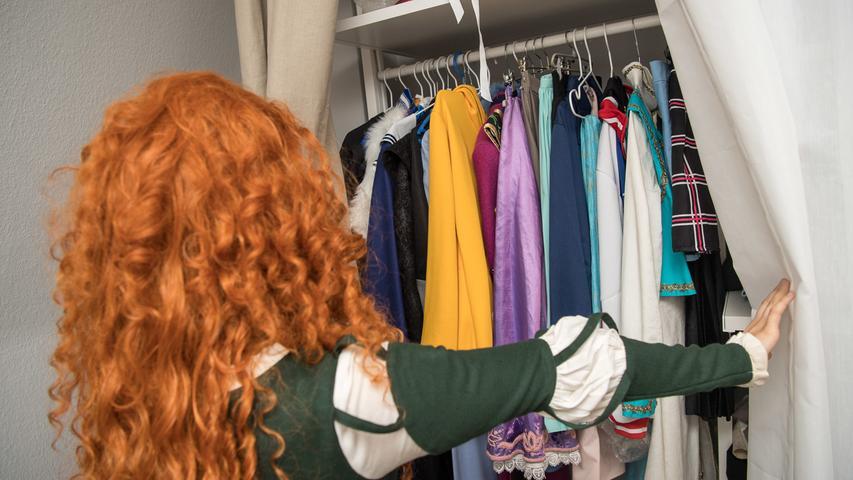 Wenn Sie es seit einem Jahr nicht mehr getragen haben, dann muss es weg. Das ist eine effektive Regel beim Kleiderschrank ausmisten. Also einfach mal wieder Ordnung schaffen – die aussortierte Kleidung können Sie spenden und damit gleich noch jemand anderem eine Freude machen.