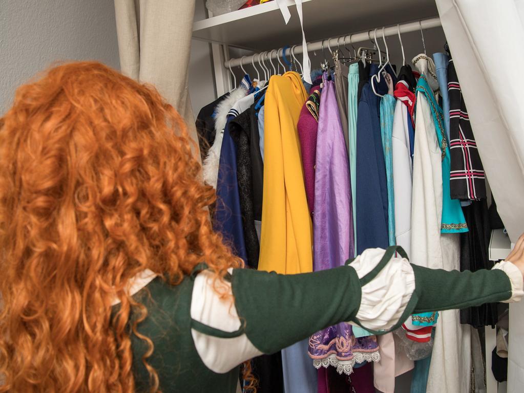 ARCHIV - 14.06.2018, Baden-Württemberg, Eßlingen: Eine junge Frau schaut in ihren Kleiderschrank. Eine Netflix-Serie widmet sich vollgestopften US-Haushalten, die unter den Händen einer japanischen Aufräumfee vorzeigbar werden. Nachahmer fluten das Netz mit ihrenErfahrungen. (zu dpa Gefaltete Kleidung als Statussymbol - Aufräumen ist Trend im Internet vom 16.01.2019) Foto: Sebastian Gollnow/dpa +++ dpa-Bildfunk +++ | Verwendung weltweit