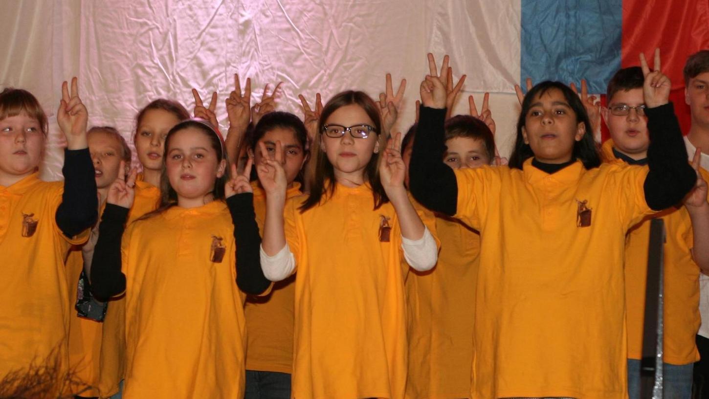 """""""Only peace will do"""" singen die Jungen und Mädchen von der Ritter-von-Spix-Mittelschule beim Neujahrsempfang in der Aischtalhalle. Dazu formen sie mit ihren Fingern das Friedenszeichen."""