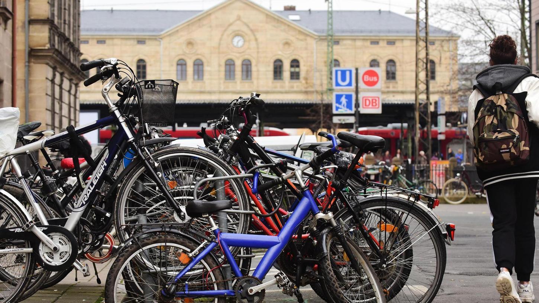 Auf der Südseite des Fürther Hauptbahnhofs, in der Ludwigstraße, ist der Bedarf besonders groß. Auch hier will die Stadt noch mehr Abstellplätze anbieten.