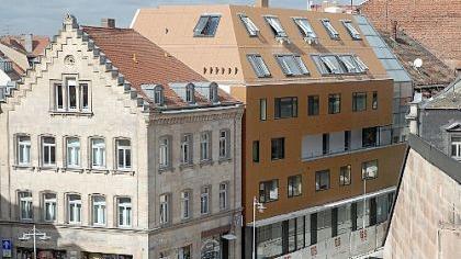 Einen Blickfang bildet der moderne Neubau in der von historischen Bauten geprägten Ludwig-Erhard-Straße. Architekt Peter Dürschinger setzt auf die Spannung der Kontraste.