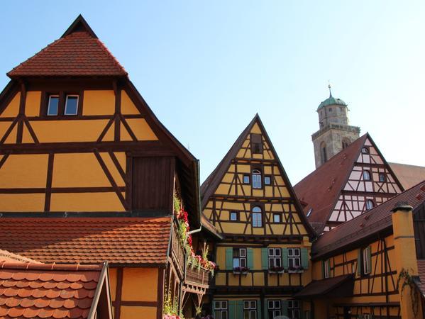 Bunte Gebäude an der Romantischen Straße gelegen bietet das mittelfränkische Dinkelsbühl seinen Besuchern.