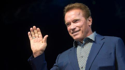 """ARCHIV- Der Schauspieler und kalifornische Ex-Gouverneur Arnold Schwarzenegger spricht während einer Vorlesung am 22.02.2015 in Budapest (Ungarn). (zur Vorberichterstattung zum Thema """"US-Klimaschützer wollen in Bonn Flagge zeigen"""" vom 10.11.2017) Foto: Szilard Koszticsak/MTI/dpa +++(c) dpa - Bildfunk+++"""