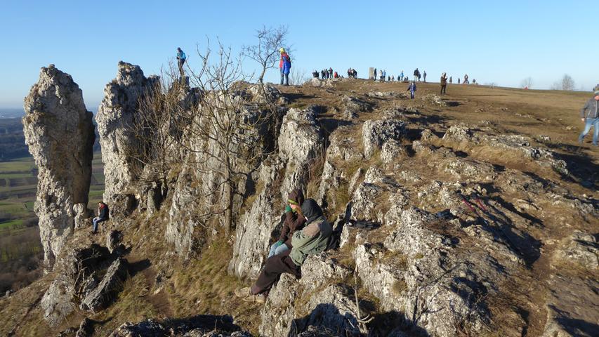 Viel Sonne und schöne Aussicht. Die Wanderer nutzen jedes schöne Plätzchen auf dem Walberla.