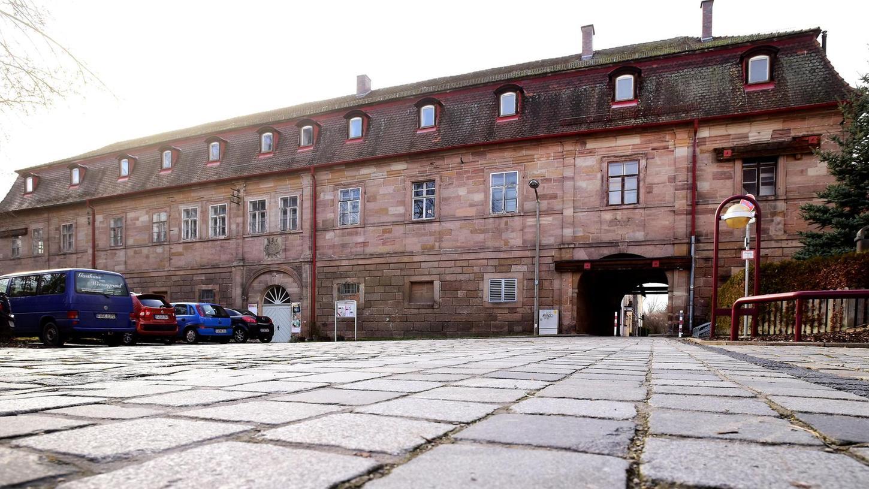 Der Marstall, Baujahr 1734, gehört wie das benachbarte Schloss der Stadt Fürth. Deutlich sichtbar an der Fassade sind die schweren Balken, mit denen die Gebäudehülle gesichert werden musste.