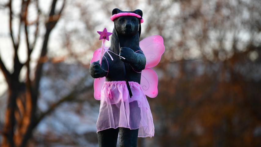Das nennt sich wohl Bärchen-rosa, oder? Der Berlin-Bär entwickelt bereits im Januar Frühlingsgefühle. Wie schön für ihn...