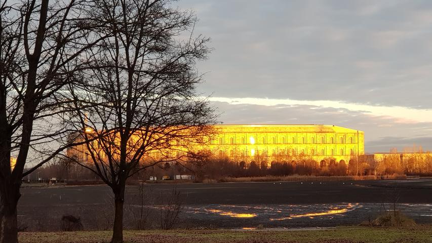 Die Morgensonne lässt das Kongresszentrum wie in purem Gold erstrahlen.