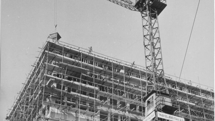 Die Stadtwerke Nürnbergs als Bauherr wollten mit dem Plärrer-Hochhaus  ein Signal für die neue, moderne Arbeitswelt setzen.Heute steht das Gebäude bereits seit langem unter Denkmalschutz.