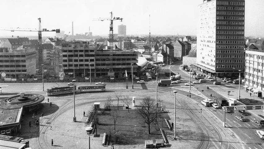 Baukräne und das Hochhaus am Plärrer: Die zentrale Verkehrsdrehscheibe in Nürnberg erhielt das erste Hochhaus Bayerns. Architekt des Wolkenkratzers war der Nürnberger Wilhelm Schlegtendal.