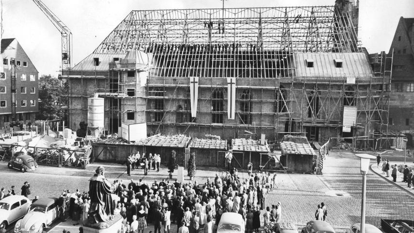 Richtfest am Hans-Sachs-Platz 1961: Anstelle der im Krieg weitgehend zerstörten Heilig-Geist-Kirche, wo einst die Reichskleinodien aufbewahrt wurden, entsteht ein Studentenheim.