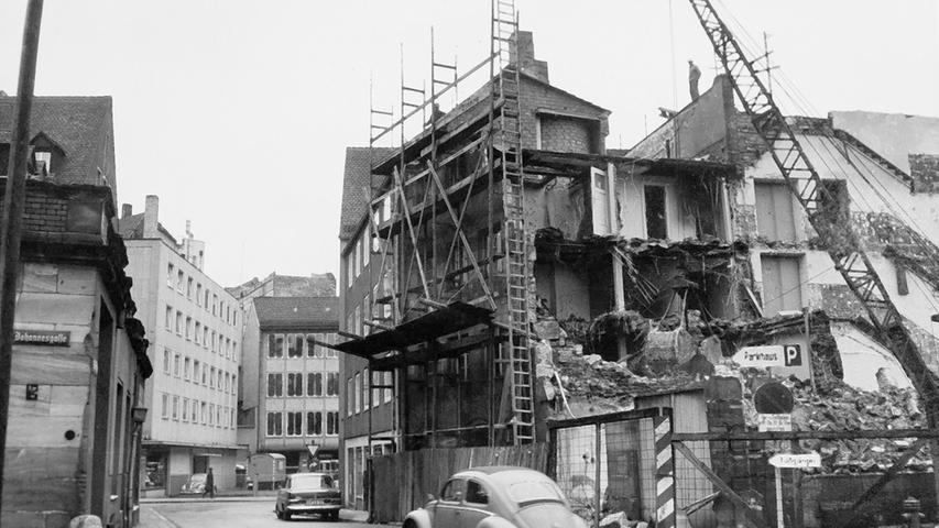 Die Bombenschäden des Zweiten Weltkriegs waren in der Stadt viele Jahre sichtbar. Bei der Hausruine Ecke Johannesgasse/An der Sparkasse (in der Nähe der Lorenzkirche) konnten Passanten lange Zeit in die zerstörten Wohnungen schauen.
